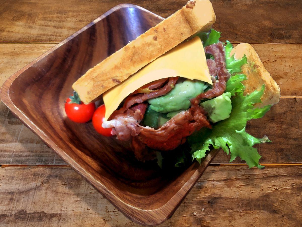 グリーンピースペーストの羊サンドイッチ